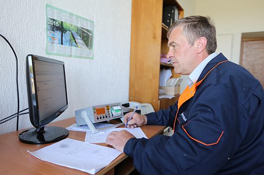 Сергей Васильевич Тимохов,  ведущий инженер по метрологии,  проводит поверку таксометра БелТАКС.