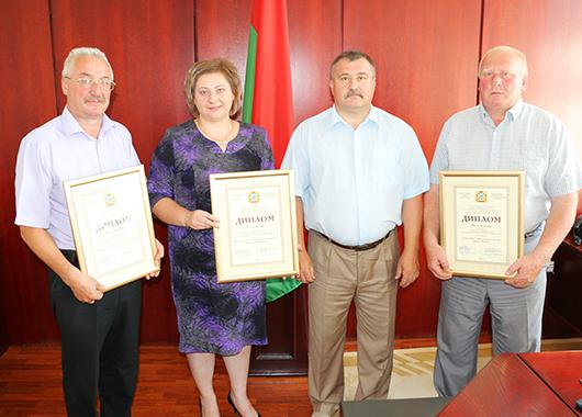 Председатель Мозырского районного Совета депутатов С.А.Гвоздь вместе с победителем и дипломантами конкурса.
