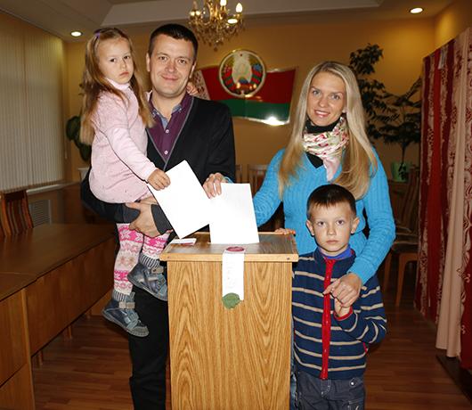 Алексей и Марина ИВАНОВЫ вместе со своими детьми — сыном Ильей и дочерью Анастасией