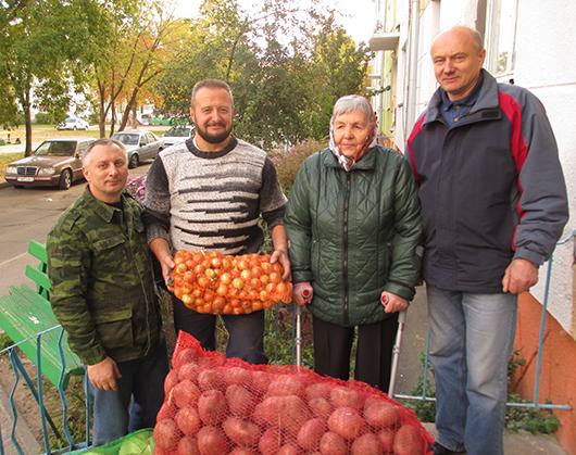Подарок ко Дню матери афганцы доставили Ольге Демьяновне Семененко.