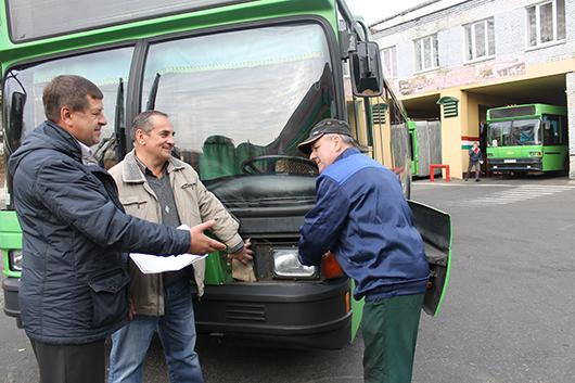 Главный инженер интересуется, как водитель В.В. Сидоренко и слесарь по ремонту автомобилей Н.С.Левкович готовят машину к техническому осмотру.