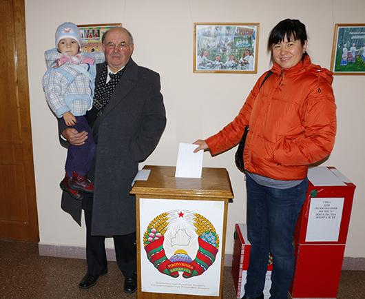 Елена Михайловна БЕЛЬСКАЯ пришла на выборы с дочерью Василисой и отцом Михаилом Васильевичем
