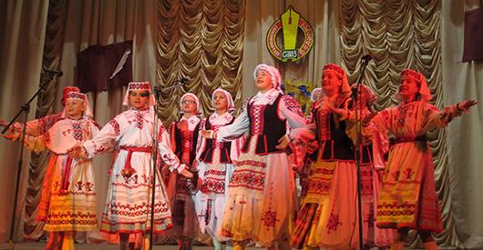 На сцэне Зашырскага цэнтра культуры і спорту спяваюць песні на словы Рыгора Бабчанка і музыку Якава Ліпскага.