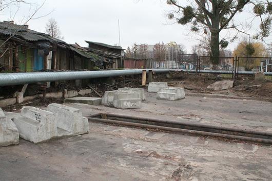 Территория завода должна быть ограждена. Забор собираются ставить со дня на день.
