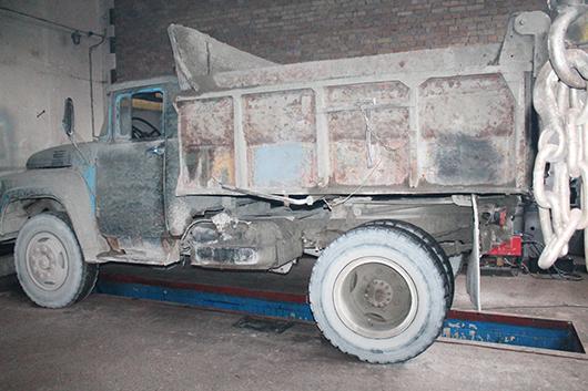 Видите противооткатные упоры, с помощью которых зафиксирован установленный на смотровой канаве грузовой автомобиль? Их нет.