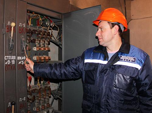 Мастер Мозырского сельского РЭС А.В.      Атрашков проводит осмотр оборудования трансформаторной подстанции.