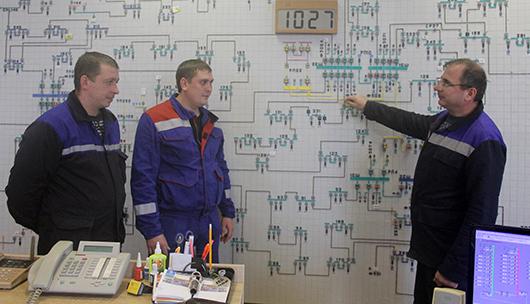 Диспетчер А.П.Решенок объясняет электромонтеру ОВБ Д.А.Барановскому и водителю ОВБ В.А.Гаруле порядок производства оперативных переключений в электросети 10 кВ.