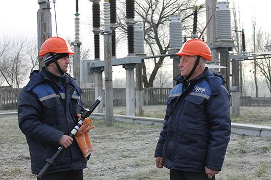 Мастер Е.А.Самцов проводит инструктаж с электромонтером Л.В.Струк по подготовке рабочего места.