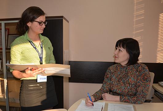 Ведущие специалисты О.С.Засинец и Н.В.Скорик обсуждают рабочие вопросы.