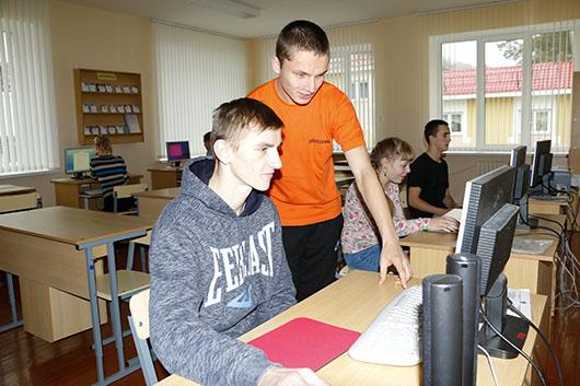 Компьютерный класс, идет подготовка к конкурсу «Битва ди-джеев».