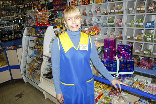 """Оксана Ильяш, магазин """"Экономъ"""": """"Своего покупателя привлекаем гибкими скидками, акциями, широким ассортиментом""""."""