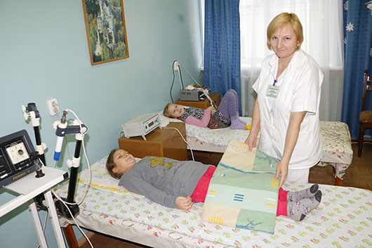 Кабинет электросветолечения. Процедуру делает  медсестра Светлана Васильевна Сидоренко.