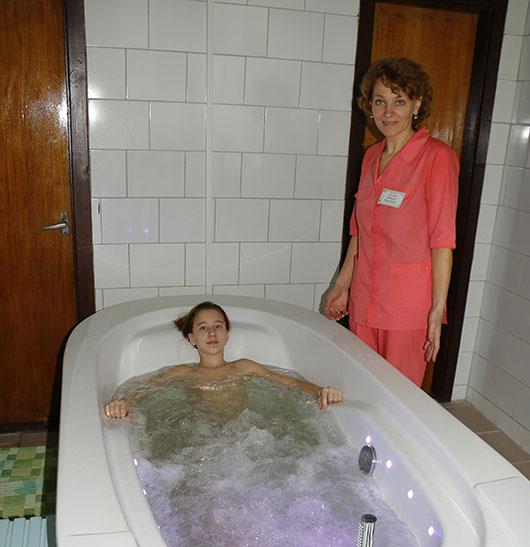 """Медсестра Наталья Николаевна Саченок показывает нам """"жемчужные ванны"""": """"Дети особенно любят, когда вода меняет цвет: современные ванны это позволяют»."""