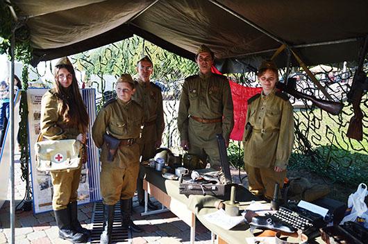 """Школьники из клуба военно-исторической реконструкции """"Поиск"""" вместе со своими педагогами."""