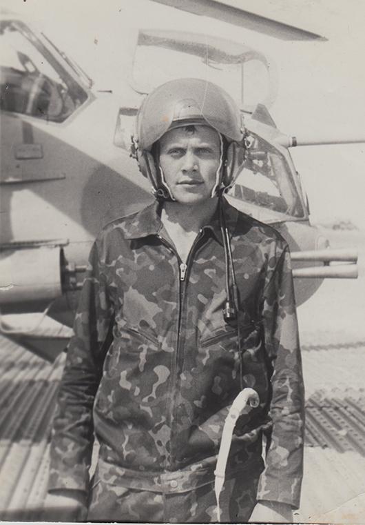 Старший лейтенант Виктор Михневич  перед вылетом на задание. Кандагар, 1987 г.
