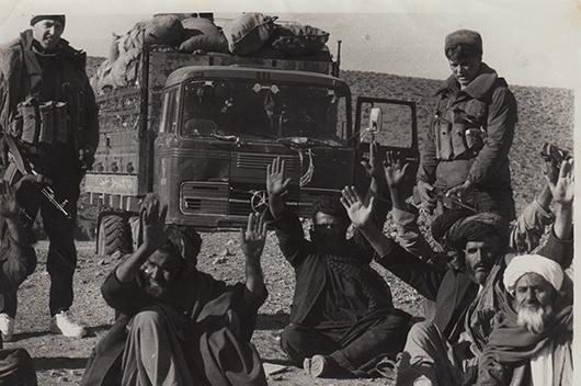 Взятые в плен душманы в караване с оружием. Кандагар, 1987 г.