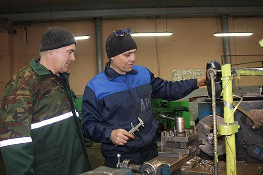 Токарь И.А.Васенда и слесарь Н.А.Галушкевич  готовят детали для ремонта.