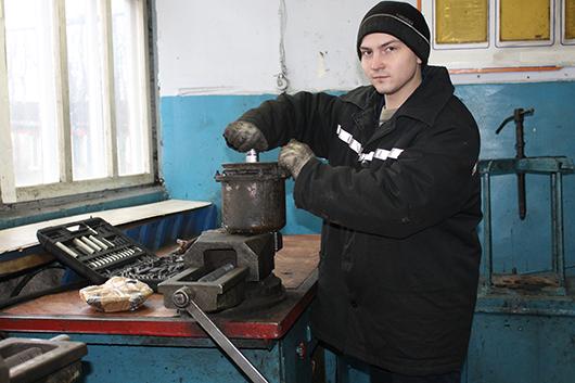 Слесарь Д.А.Вербило занят ремонтом  энергоаккумулятора.