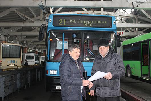 Главный инженер И.А.Машков решает производственные вопросы с начальником Ельского участка А.А.Коноводом.