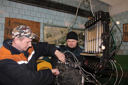 Слесари С.М.Кашевич и Р.Н.Лазко  производят регулировку топливного насоса.