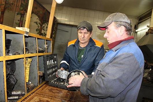 Электрослесари Н.А.Рак и В.И.Тагай  выполняют ремонт генератора.