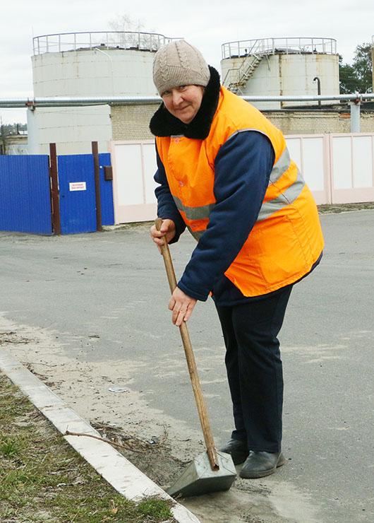 Рабочий по комплексному обслуживанию и уборке домовладений ЖЭУ-6 Жанна Владимировна Пивоварова.