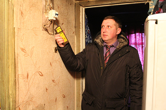 """Дмитрий Мартинович: """"В квартире тепло, но от беспечности здешних хозяев – мороз по коже. Строго рекомендуем привести в порядок проводку, вернуть счетчик на место""""."""