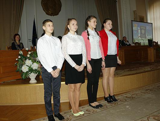 Юным мозырянам торжественно вручили паспорта