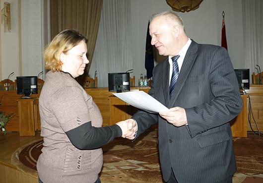 Председатель Мозырского райисполкома Е.Б.Адаменко лично поздравил каждого оператора машинного доения.
