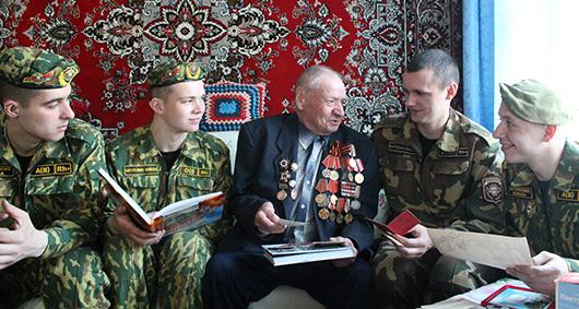 Военнослужащие 4-й патрульной роты 2-го отдельного патрульного батальона войсковой части 5525 у ветерана  Петра Радионовича Бычковского.
