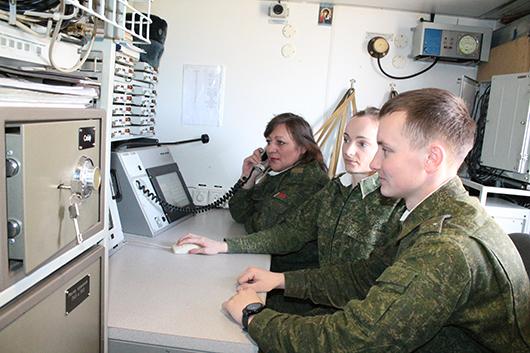 Лейтенант Дмитрий Кветковский, ефрейтор Елена Хруцкая и младший сержант Татьяна Шеремета ведут сопровождение воздушных целей в автономном режиме.