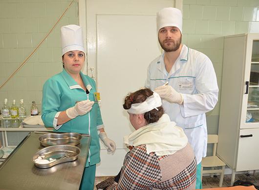 Иван Владимирович Дударев, врач-хирург, и Елена Ивановна Вергунова, медсестра хирургического кабинета.
