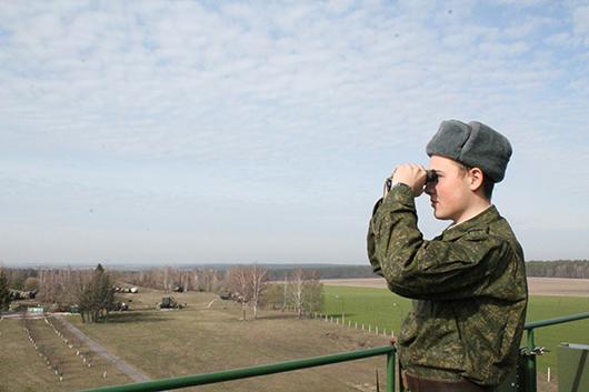 Разведчик-наблюдатель рядовой Илья Жуков несет боевое дежурство на посту визуального наблюдения.