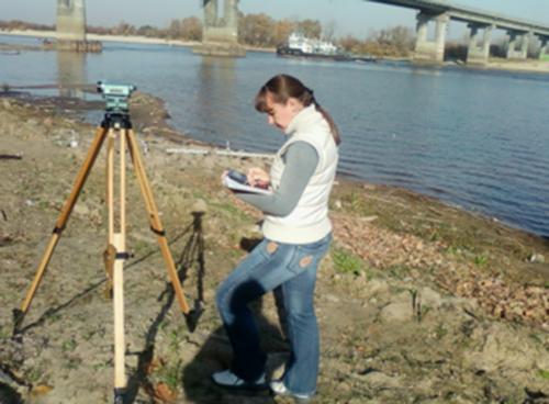 Инженер-гидролог І категории С.Х.Петрова проводит нивелировку на ГП-1 Мозырь.
