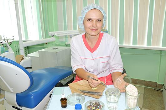 """Зубной врач лечебно-хирургического отделения Л.А.Суворова (2 категория) констатирует:  """"Современное оборудование позволяет сегодня оказывать медицинскую помощь пациентам  на более высоком уровне""""."""