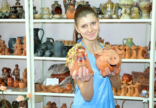 Юлия Викторовна Зезюк, молодой специалист, изготовитель художественных изделий  из керамики, демонстрирует нам самых  бережливых и экономных Хрюшу и Обезьяну.