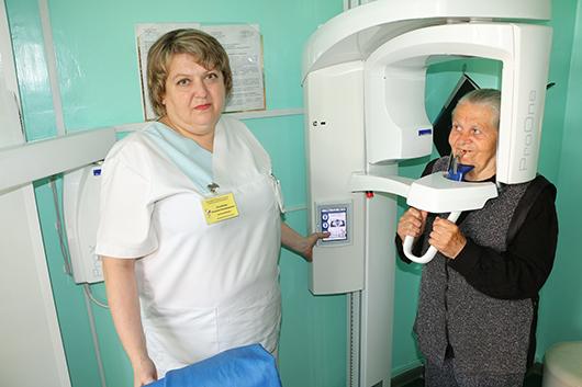 """Рентгенолаборант Л.В.Полякова (1 категория): """"Современное оборудование позволяет произвести снимок всех зубов верхней и нижней челюстей при минимальной лучевой нагрузке на организм человека""""."""
