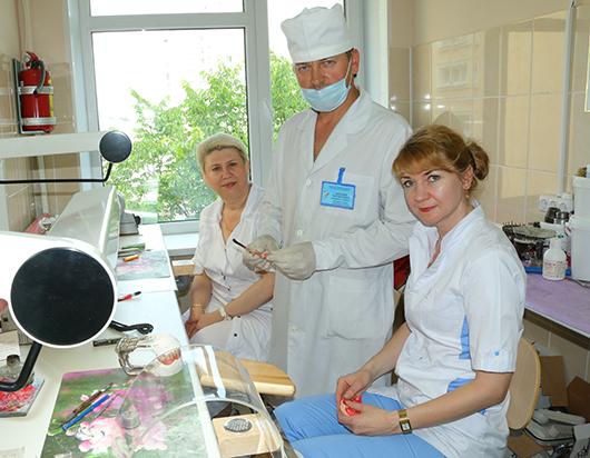 Врач-стоматолог-ортопед (1 категория) О.Д.Дрюцкий и зубные техники 1 категории Н.Н.Токарская  и Л.Н.Кундельская в лаборатории, где идет процесс изготовления ацеталовых протезов.