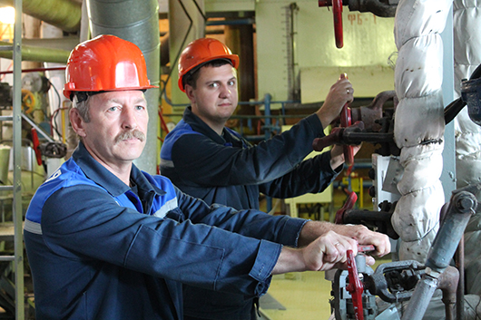 Виктор Павлович Моцык и машинист-обходчик котельного оборудования Вячеслав Иванович Костюченко производят   регулировку температуры пара.