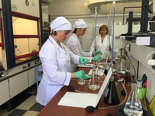Лаборант химического анализа Ольга Лазарь (на переднем плане).