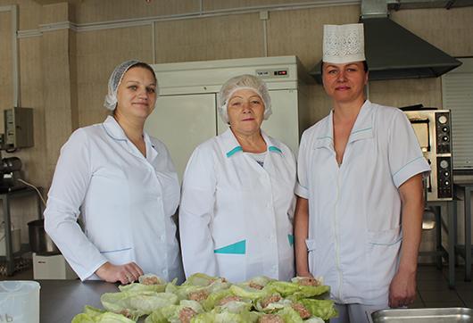 К работе с душой и открытым сердцем всегда относятся повар-бригадир Е.П.Гапенко, повара Н.М.Кадол и А.Н.Рубан.