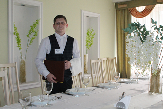"""Вежливо встречает каждого посетителя ресторана """"Полесье"""" официант Валентин Бондаренко."""