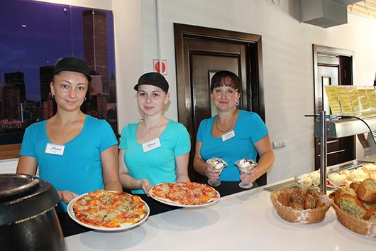 Официанты Ядвига, Ирина и Оксана кафе Hot Pizza утверждают,  что самая вкусная пицца, десерты и мороженое, безусловно, здесь!