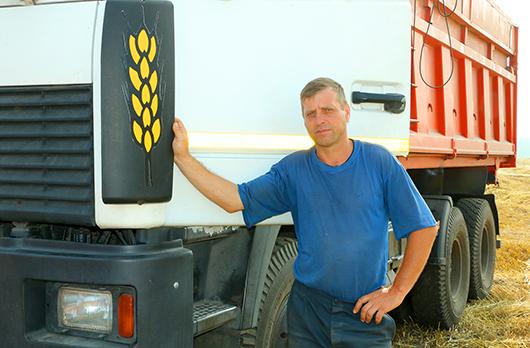 """У водителя Сергея Колоса — самая подходящая фамилия для работы в поле. И """"именной логотип"""" на грузовике!"""