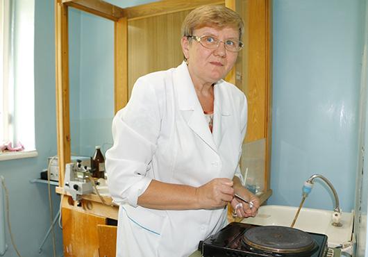 В гистологической лаборатории: лаборант-гистолог Светлана Владимировна Соловей готовится замораживать образец опухоли.