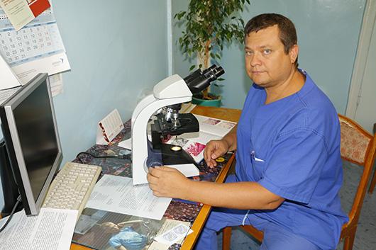 Врач-патоморфолог Иван Сергеевич Байнов за работой.