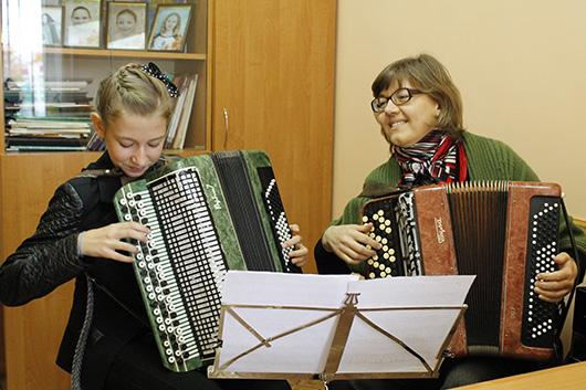 Ученица Екатерина Альхимович и Элеонора Николаевна Прико, преподаватель по классу баяна.