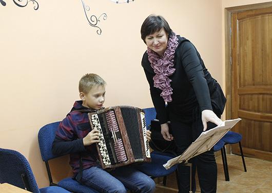 Наталья Петровна Козлова, учитель по классу баяна, и ее ученик Александр Колоцей.