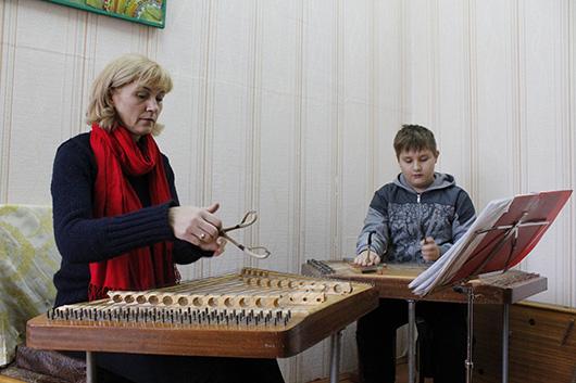 Наталья Ивановна Кузьменко, учитель по классу цимбал. Сейчас ведет урок у Игната Лохмакова. Парень способный, говорит педагог. Дополнительно берет уроки гитары. Играет в ансамбле.