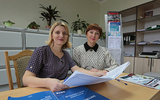 Специалисты фонда ТНПА Светлана Латушкина  и Елена Ольха за работой.